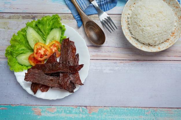 Вяленая говядина, обжаренная с томатным соусом и тушеным рисом Бесплатные Фотографии