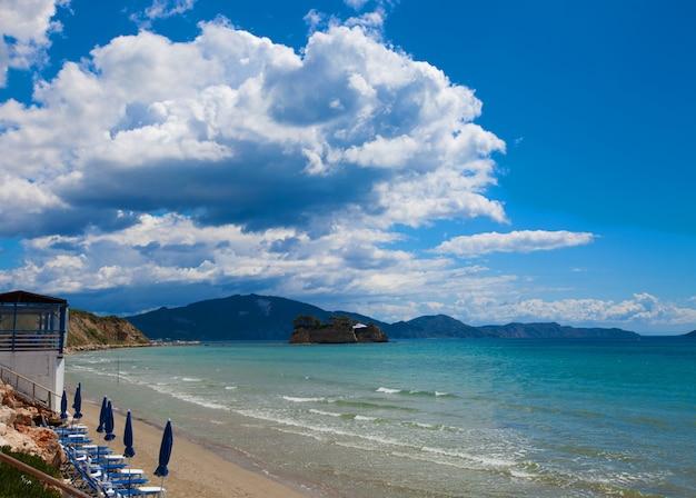 아름 다운 해변에서 우산 선글라스 프리미엄 사진
