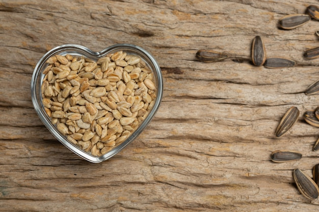 木の板にヒマワリの種 無料写真