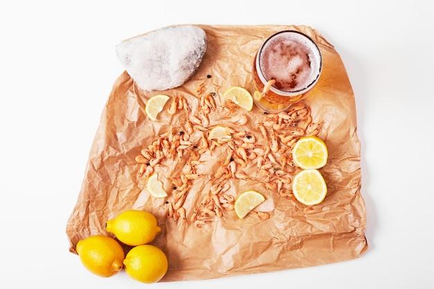 白地にレモンとビールのヒマワリの種。 無料写真