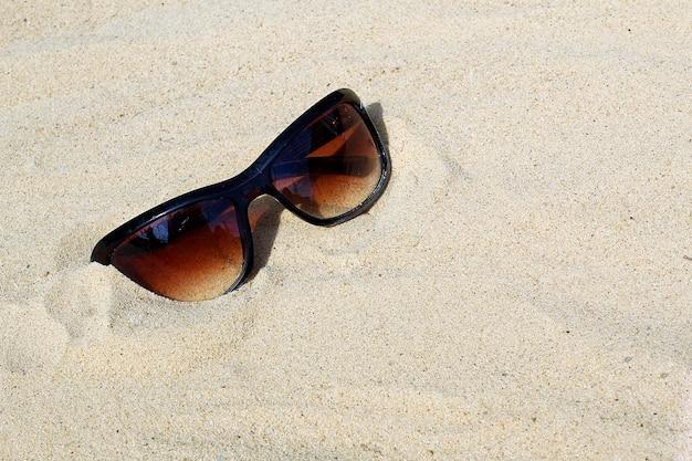 サンガスは灼熱の太陽の下にあります。 Premium写真
