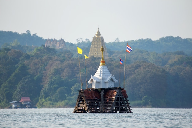 Затонувший храм и колокольня в сангхлабури, канчанабури, таиланд Premium Фотографии