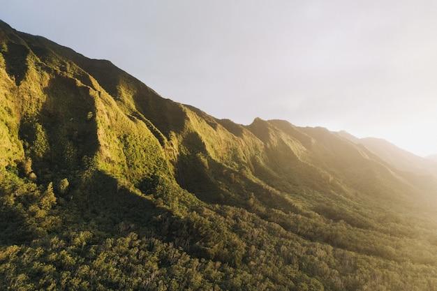 緑の山に日が昇る 無料写真