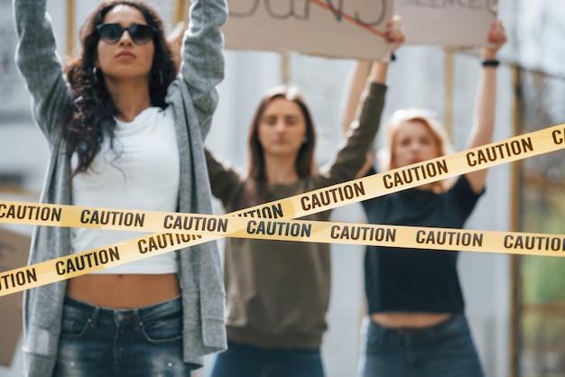 맑은 날. 페미니스트 여성 그룹이 야외에서 자신의 권리를 위해 항의 무료 사진