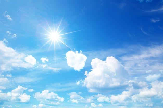 Солнечное небо с облаками Premium Фотографии