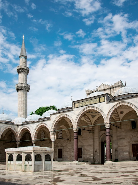 Sunny view of the courtyard of the suleymaniye mosque in istanbul, turkey Premium Photo