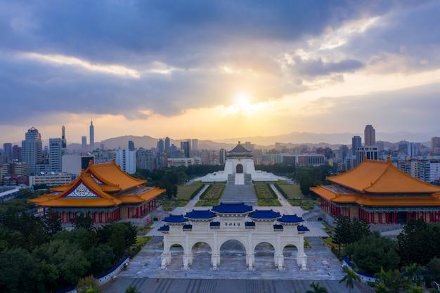 Восход солнца у парадных ворот мемориального зала чан кайши в городе тайбэй, тайвань Premium Фотографии