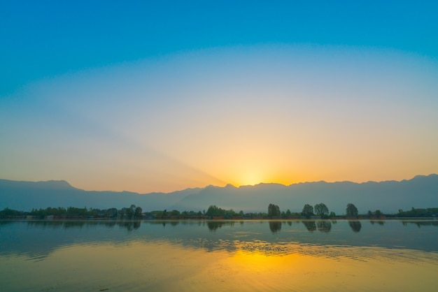 Sunrise on dal lake, kashmir india . Free Photo