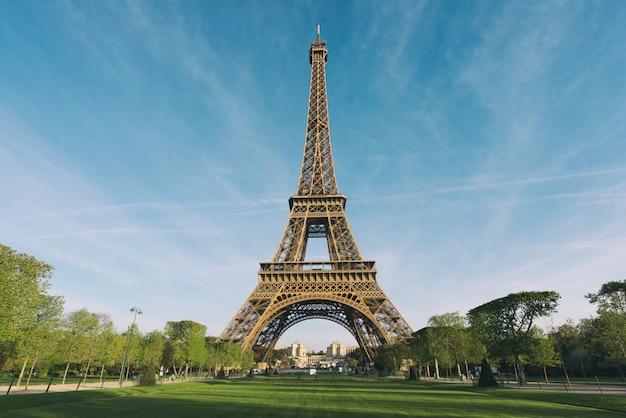 Sunrise in eiffel tower in paris, france. Premium Photo