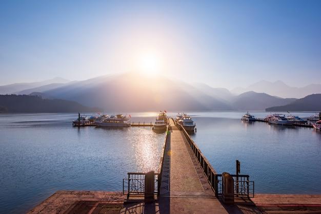 Sunrise of sun moon lake, тайбэй, тайвань Premium Фотографии