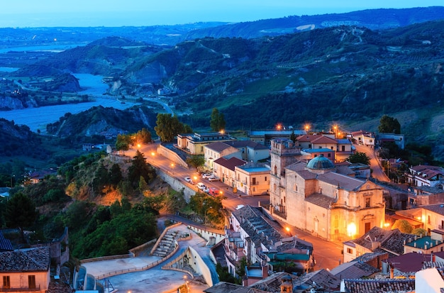 일출 오래 된 중세 Stilo Famos Calabria 마을보기, 남부 이탈리아. 프리미엄 사진