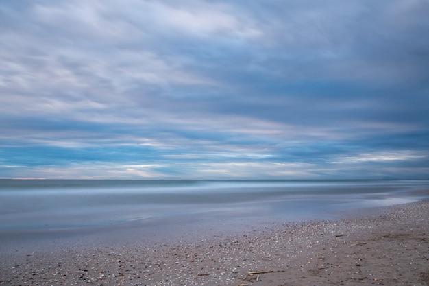 Восход солнца на пляже салер, длительная съемка Premium Фотографии