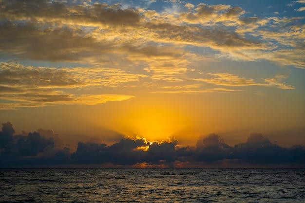 ザンジバル、タンザニア、アフリカの島のインド洋の日の出 Premium写真
