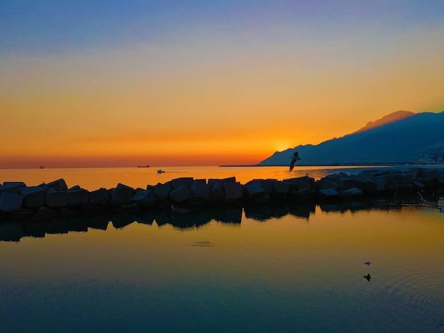 Пейзаж восхода солнца на берегу моря с силуэт горы Бесплатные Фотографии