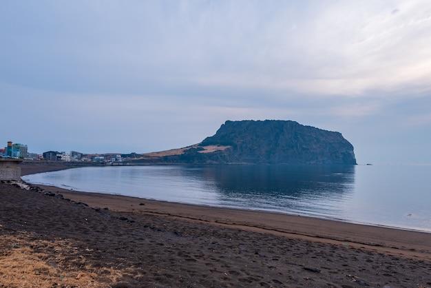 Sunrise at seongsan ilchulbong in jeju island,south korea Premium Photo