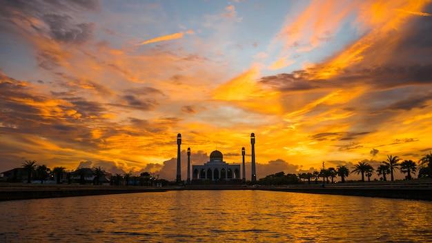 Закат в центральной мечети сонгкхла Premium Фотографии