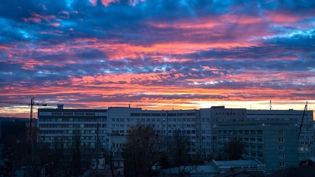 Tramonto a chisinau, in moldova. rose e blu lussureggianti nuvole. edifici residenziali sovietici in primo piano Foto Gratuite