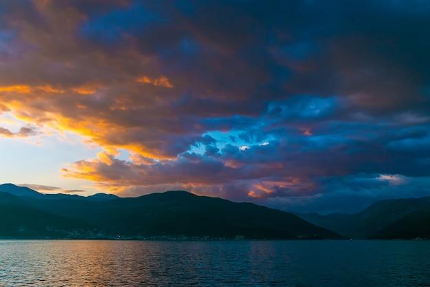 高山に沈むモンテネグロの空に沈む夕日。 Premium写真