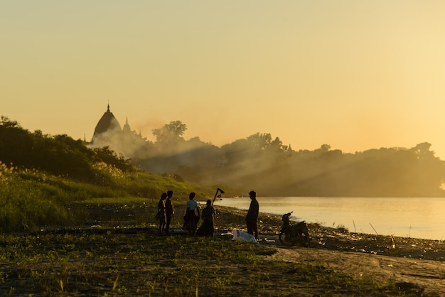 Sunset in myanmar on the river Premium Photo
