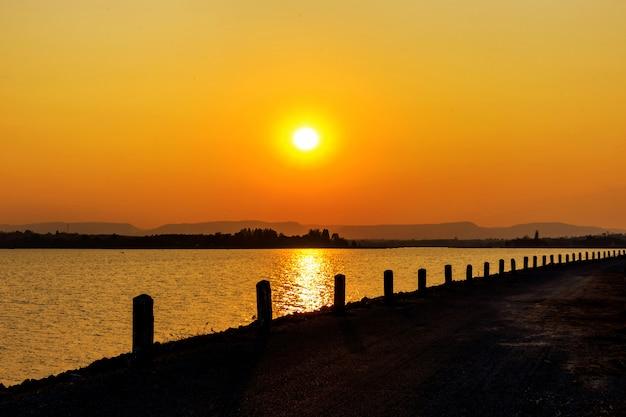 ハイウェイの夕日 Premium写真