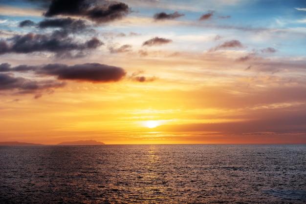 Закат над морем Premium Фотографии