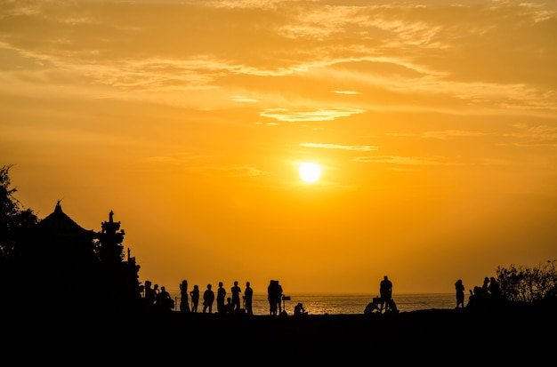Sunset at pura batu bolong - tanah lot, bali , indonesia Premium Photo