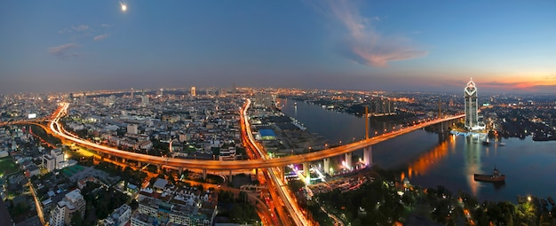 Sunset scence of rama 9 bridge with chaopraya river at bangkok thailand Premium Photo