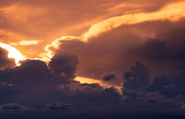 夕焼け空。黄金の光が雲の層に輝きます。夕暮れ時にふわふわの雲。夕暮れの空。 cloudscape。自然の美しさ。夕暮れ時の空のアート画像。 Premium写真