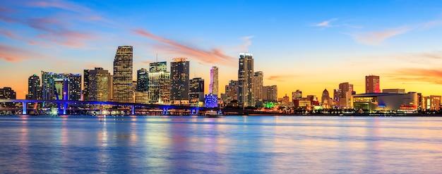 Закат с деловыми и жилыми зданиями, майами, панорамный вид, сша Premium Фотографии