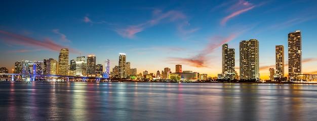 Закат с деловыми и жилыми зданиями, майами, панорамный вид Premium Фотографии