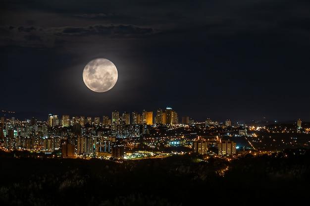 Super full moon over ribeirao preto city  at night Premium Photo
