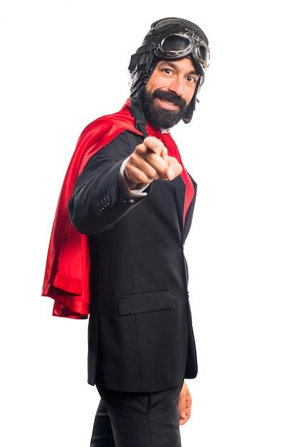 フロントを指しているスーパーヒーローのビジネスマン 無料写真