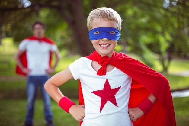 スーパーヒーローにsuperした父と息子 Premium写真