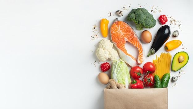 슈퍼마켓. 건강 식품이 가득한 종이 봉지. 프리미엄 사진