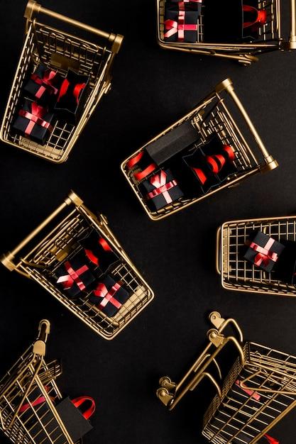 블랙 프라이데이 프로모션 제품으로 가득 찬 슈퍼마켓 트롤리 무료 사진