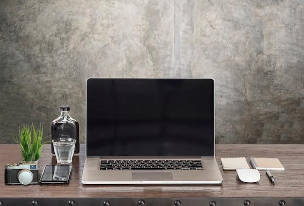 Макет ноутбук с черным экраном и supplise на деревянный стол. Premium Фотографии
