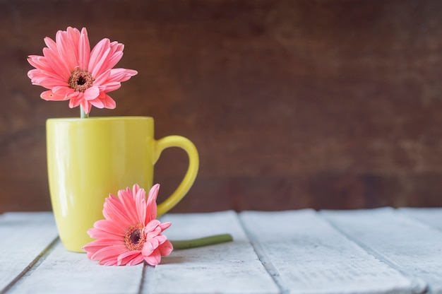 Surface with mug and flowers Free Photo