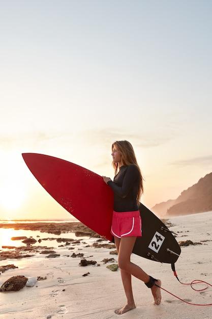 Серфбордер с приятной внешностью несет доску Бесплатные Фотографии