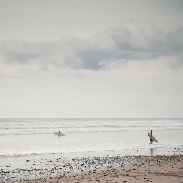 Surfer вдоль морского побережья в коста-рике Premium Фотографии