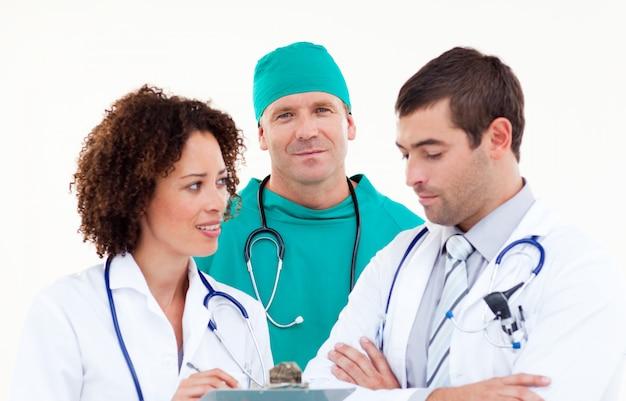 Surgeon in discussion with senior doctors Premium Photo
