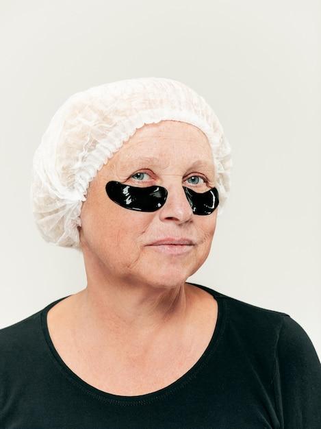 Хирург делает проверку кожи на женщину среднего возраста перед пластической операцией Бесплатные Фотографии