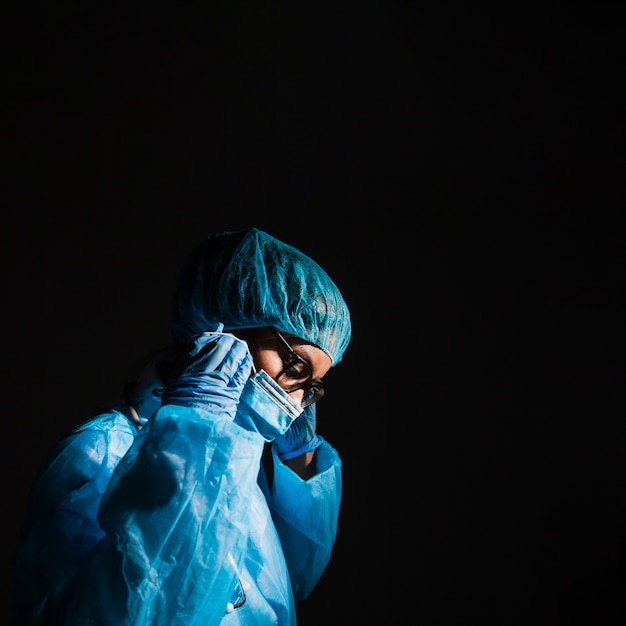 Surgeon wearing mask in the operation room Free Photo