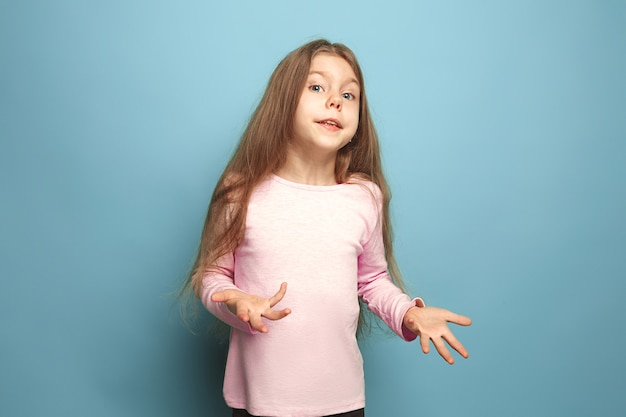 Sorpresa, gioia. ragazza teenager sorpresa sull'azzurro. le espressioni facciali e le emozioni delle persone concetto Foto Gratuite