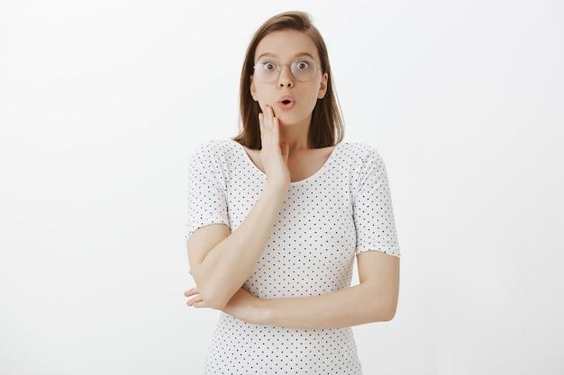 Удивленная и удивленная женщина в очках с волнением слушает Бесплатные Фотографии