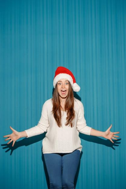 サンタ帽子をかぶっている驚きのクリスマス女性 無料写真