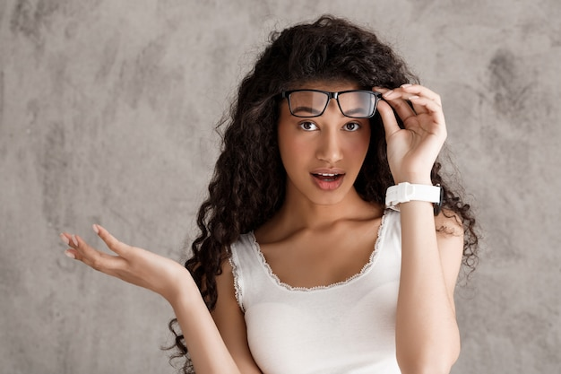 驚いた縮れ毛の女性の離陸用メガネ 無料写真