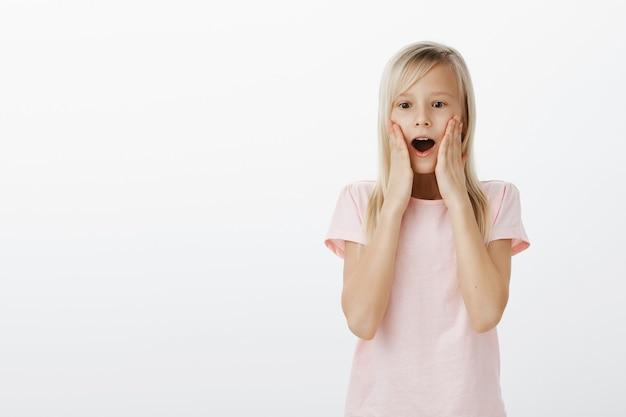 驚いて幸せそうに見える驚いたかわいい子 無料写真
