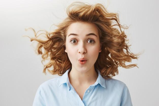 Удивленная возбужденная женщина выглядит впечатленной и говорит: