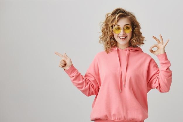 왼쪽을 가리키는 놀란 행복 소녀, 제품 광고 추천, 괜찮은 제스처 만들기 무료 사진