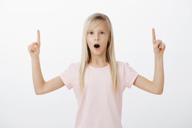 Bambina sorpresa e colpita rivolta verso l'alto Foto Gratuite